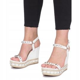 Białe sandały na koturnie z ćwiekami Cubano 4