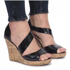 Czarne lakierowane sandały na korkowej koturnie Lie 1