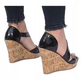 Czarne lakierowane sandały na korkowej koturnie Lie 2