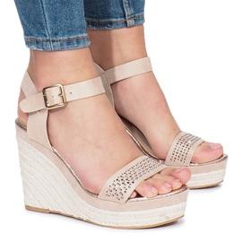 Beżowe sandały na koturnie Move On brązowe 1
