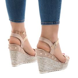 Beżowe zamszowe sandały na koturnie z ćwiekami TS-16 brązowe 2