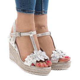 Srebrne sandały na koturnie z kwiatkami T-682-5 szare 1