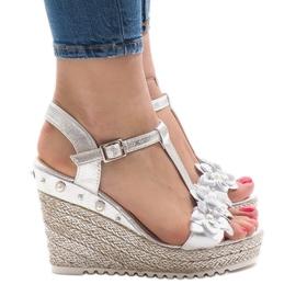 Srebrne sandały na koturnie z kwiatkami T-682-5 szare 2