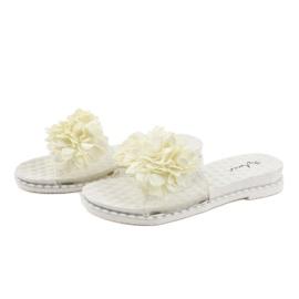 Białe klapki z kwiatkami N-49 1