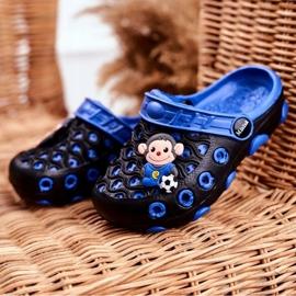 Klapki Dziecięce Piankowe Kroksy Czarne Małpka Footballer niebieskie 1