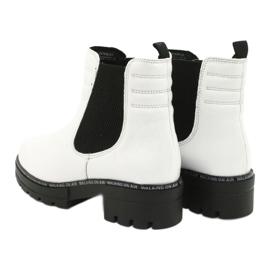 Białe botki damskie Caprice 25428-25 122 white naplak czarne 3