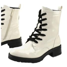 Białe lakierowne botki glany Slider 1