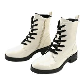Białe lakierowne botki glany Slider 2