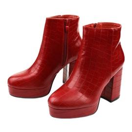Czerwone botki na słupku Usinaya 2