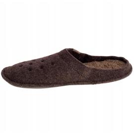 Kapcie Crocs Classic Slipper 203600-23B brązowe 1