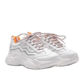 Białe sneakersy z pomarańczowymi wstawkami Jasmin 1