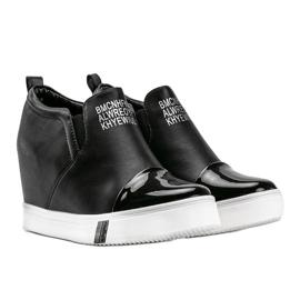 Czarne sneakersy damskie z napisami Caroline 2