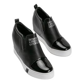 Czarne sneakersy damskie z napisami Caroline 3