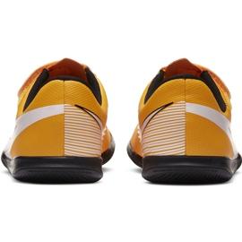 Buty piłkarskie Nike Mercurial Vapor 13 Club Ic PS(V) Junior AT8170 801 białe czarne pomarańczowe 2
