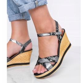 Czarne metaliczne sandały na koturnie w motywie skóry węża Peekaboo 1