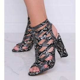 Czarne sandały na słupku w motywie skóry węża Azalea 1
