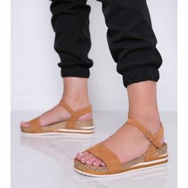 Camelowe sandały na niskiej koturnie Leah brązowe 1