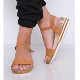 Camelowe sandały na niskiej koturnie Leah brązowe 2