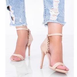 Beżowe sandały na szpilce z falbanką Good Night beżowy 1