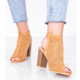 Camelowe ażurowe sandały na słupku Veronika brązowe 1