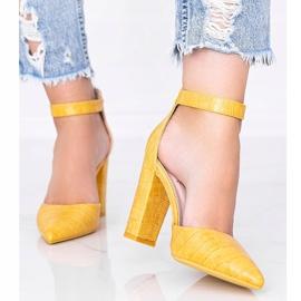 Musztardowe czółenka na słupku w motywie skóry krokodyla Glamour żółte 1