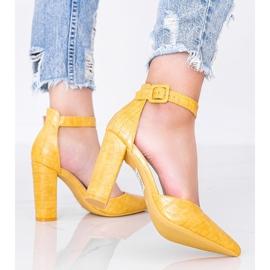 Musztardowe czółenka na słupku w motywie skóry krokodyla Glamour żółte 2