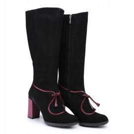 Marco Shoes Skórzane kozaki z czarnego zamszu z fioletowym obcasem oraz fioletowymi wstawkami fioletowe 2
