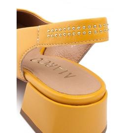 Marco Shoes Żółte sandały ze skóry z ozdobnymi jetami 5