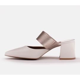 Marco Shoes Eleganckie klapki damskie na lato beżowy białe 5