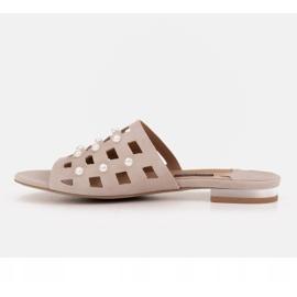 Marco Shoes Eleganckie klapki damskie z perłami i perforacją beżowy 3