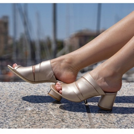Marco Shoes Klapki damskie ze skóry, pocięte pasy złoty 1