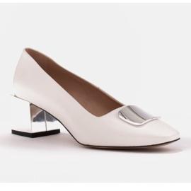 Marco Shoes Czółenka z metalicznym obcasem i płaską ozdobą chromowaną białe 1