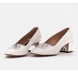 Marco Shoes Czółenka z metalicznym obcasem i płaską ozdobą chromowaną białe 5
