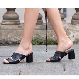Marco Shoes Skórzane klapki damskie ze skóry w pocięte pasy czarne 1