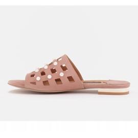 Marco Shoes Eleganckie klapki damskie z perłami i perforacją różowe 2