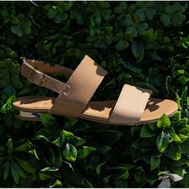 Marco Shoes Płaskie sandały z lakieru i metalicznym obcasem beżowy 8