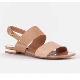 Marco Shoes Płaskie sandały z lakieru i metalicznym obcasem beżowy 1