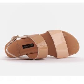 Marco Shoes Płaskie sandały z lakieru i metalicznym obcasem beżowy 5