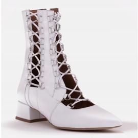 Marco Shoes Plecione botki z rzemykiem białe 1