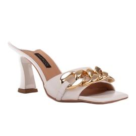 Marco Shoes Klapki damskie ze skóry z łańcuchem ozdobnym beżowy 1