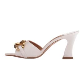 Marco Shoes Klapki damskie ze skóry z łańcuchem ozdobnym beżowy 3