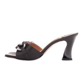 Marco Shoes Klapki damskie ze skóry z łańcuchem ozdobnym czarne 2