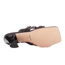 Marco Shoes Klapki damskie ze skóry z łańcuchem ozdobnym czarne 6