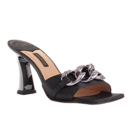 Marco Shoes Klapki damskie z czarnej satyny z łańcuchem ozdobnym 6