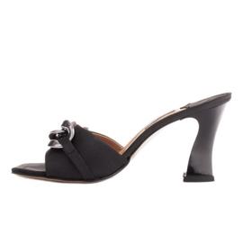 Marco Shoes Klapki damskie z czarnej satyny z łańcuchem ozdobnym 2