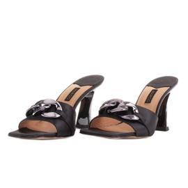 Marco Shoes Klapki damskie z czarnej satyny z łańcuchem ozdobnym 4