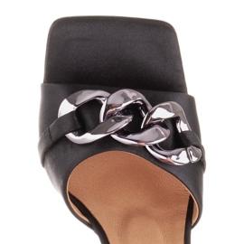 Marco Shoes Klapki damskie z czarnej satyny z łańcuchem ozdobnym 7