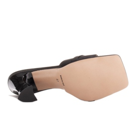 Marco Shoes Klapki damskie z czarnej satyny z łańcuchem ozdobnym 8