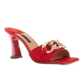 Marco Shoes Klapki damskie z czerwonej satyny z łańcuchem ozdobnym 1