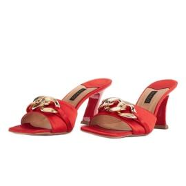 Marco Shoes Klapki damskie z czerwonej satyny z łańcuchem ozdobnym 4